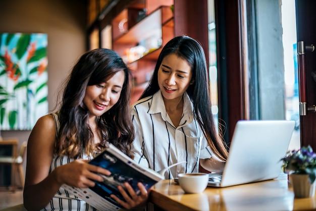 Twee mooie vrouwen die alles samen spreken bij de koffie van de koffiewinkel Gratis Foto