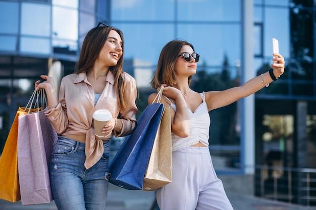 Twee mooie vrouwen winkelen in de stad Gratis Foto
