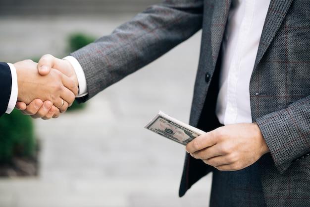 Twee niet-erkende zakenpartners die collega's de hand schudden, hebben zojuist een goede deal gesloten Premium Foto
