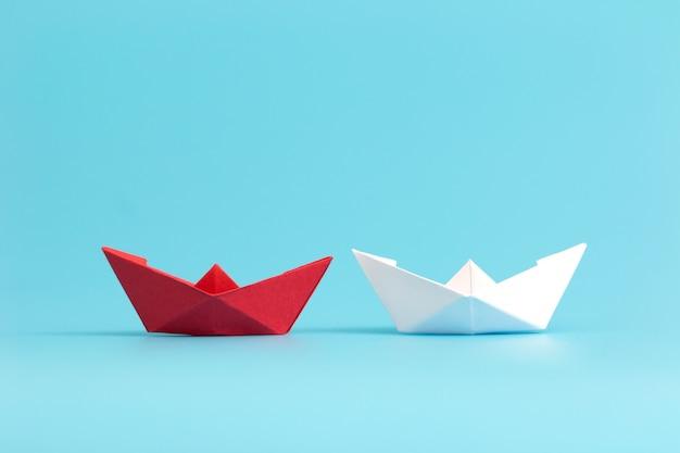 Twee papieren boten concurreren. zakelijke concurrentieconcept. minimale stijl. Premium Foto