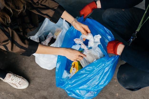 Twee perrson sorteren afval. concept van recycling. zero waste Gratis Foto