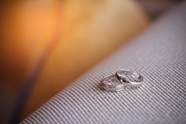 Twee prachtige witgouden verlovingsringen met diamantstenen Premium Foto