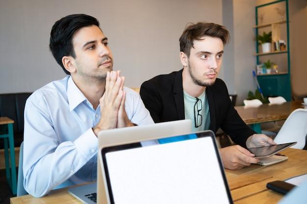 Twee professionals luisteren naar spreker voor zakelijke conferenties Gratis Foto