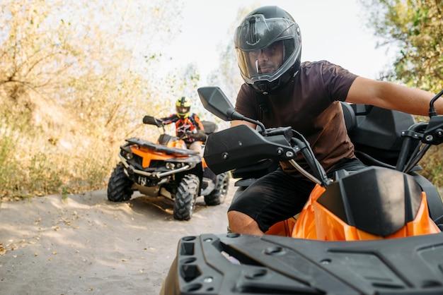 Twee quadrijders reizen in het bos, vooraanzicht Premium Foto