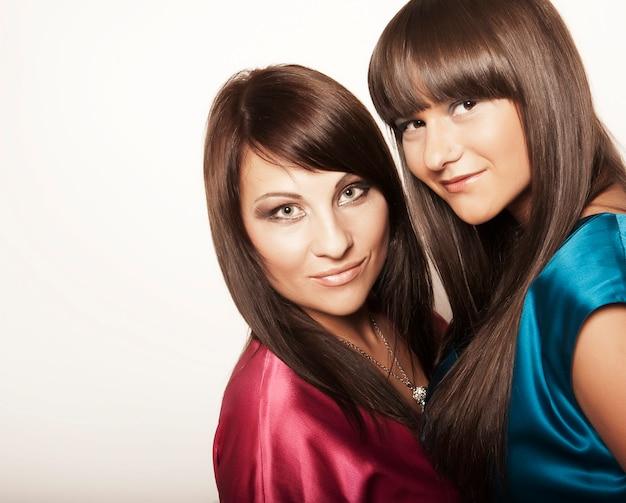 Twee sexy jonge meisjes Premium Foto