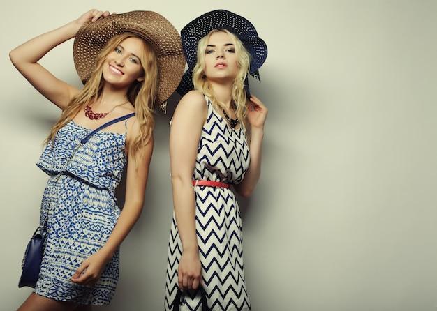 Twee sexy jonge vrouwen Premium Foto