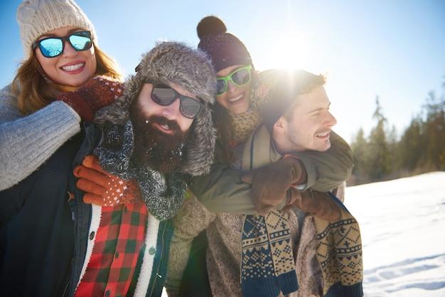 Twee stellen brengen hun beste wintervakantie door Gratis Foto
