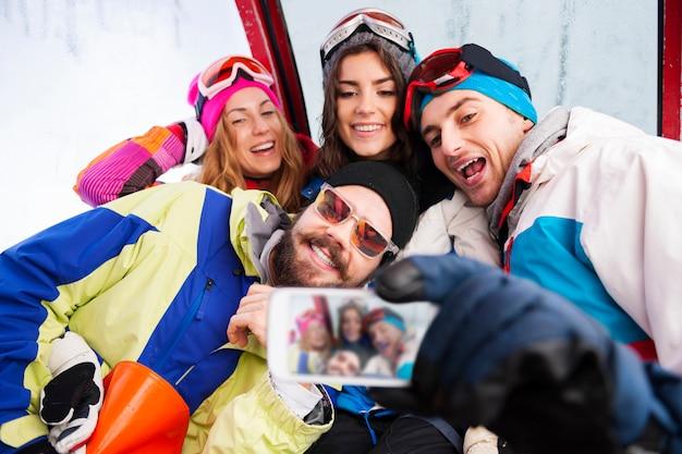 Twee stellen met plezier en snowboarden Gratis Foto