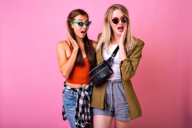Twee stijlvolle hipster vrouw, beste vrienden zus meisjes knuffels en glimlachen Gratis Foto