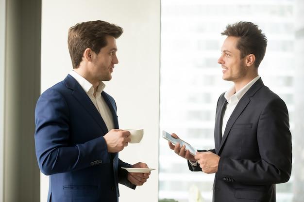 Twee succesvolle zakenlieden die zaken bespreken Gratis Foto