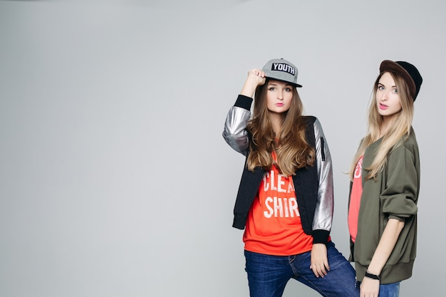 Twee swag hipster meisjes vertrouwen poseren. Premium Foto