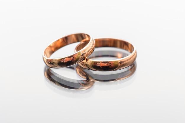 Twee traditioneel huwelijk gouden verlovingsringenclose-up Premium Foto