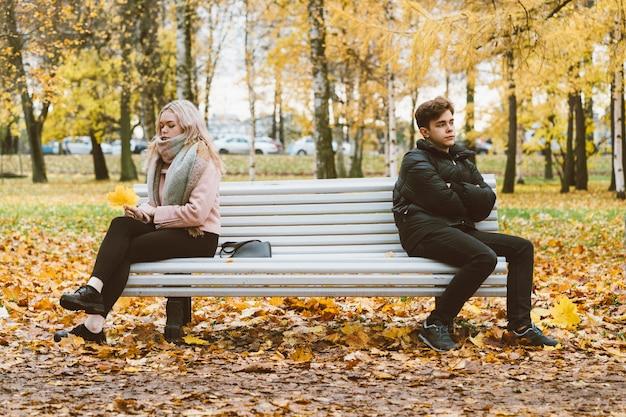 Twee verliefde tieners in ruzie. een donkerbruine jongen en een blond meisje zijn sittingept Premium Foto