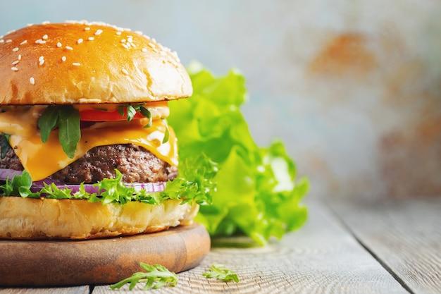 Twee verse zelfgemaakte hamburgers. Premium Foto