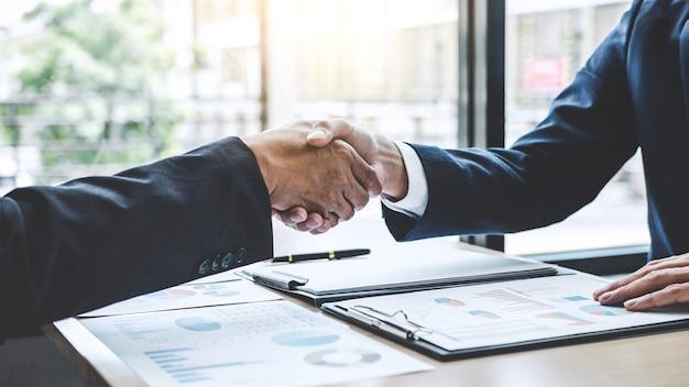Twee vertrouwen in zakelijke handen schudden na het bespreken van een goede deal van handelscontract en nieuwe projecten Premium Foto