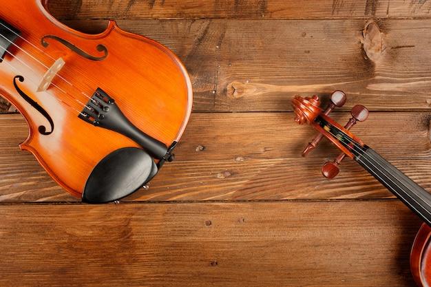 Twee violen in houten tafel Premium Foto