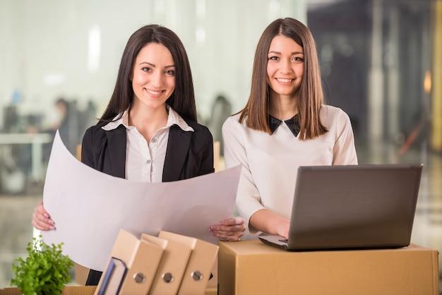 Twee volwassen ondernemers plannen hun nieuwe kantoor. Premium Foto