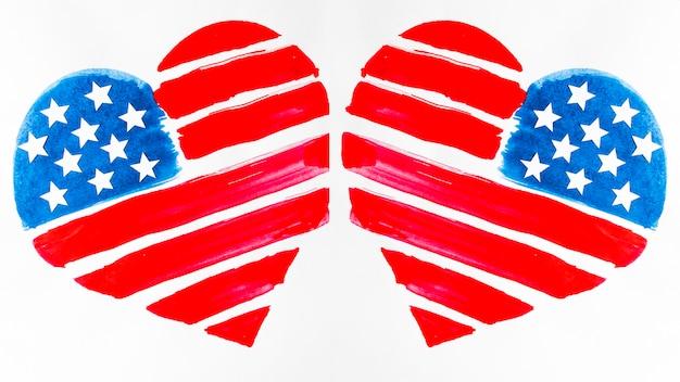 Twee vormen van het de vs de vlag geschilderde hart op witte achtergrond Gratis Foto
