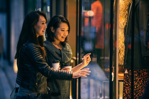 Twee vriendinnen ontmoeten elkaar in tokio Premium Foto