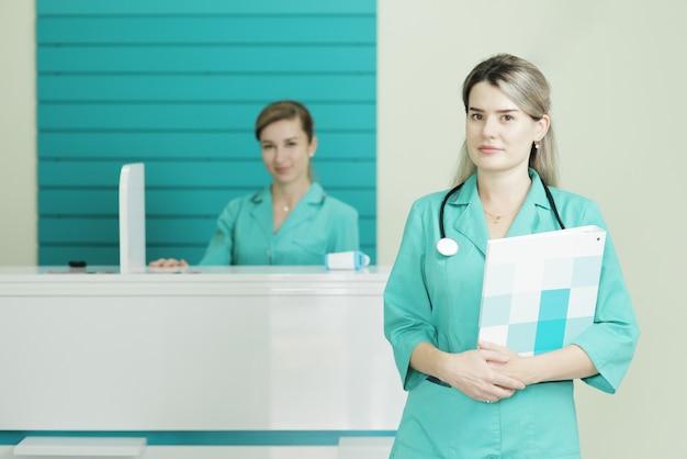 Twee vrouwelijke artsen of verpleegsters die de camera bekijken. Premium Foto
