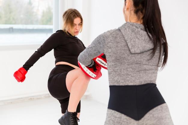 Twee vrouwen die aan boksen doen Gratis Foto