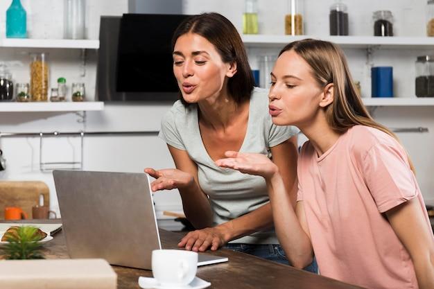 Twee vrouwen die thuis videochatten op laptop Gratis Foto