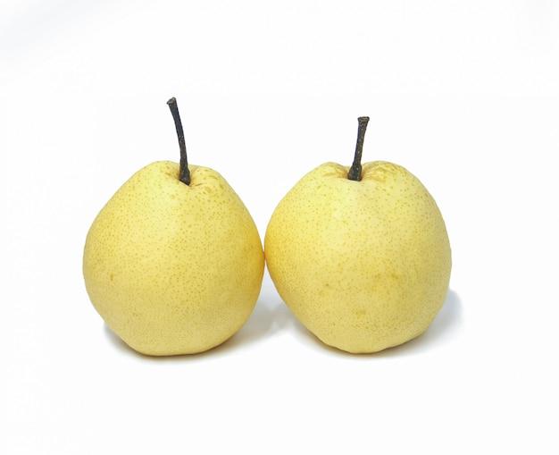 Twee witte chinese perenvruchten op witte achtergrond Premium Foto