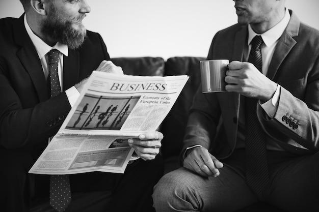 Twee zakenlieden die op een laag zitten Gratis Foto