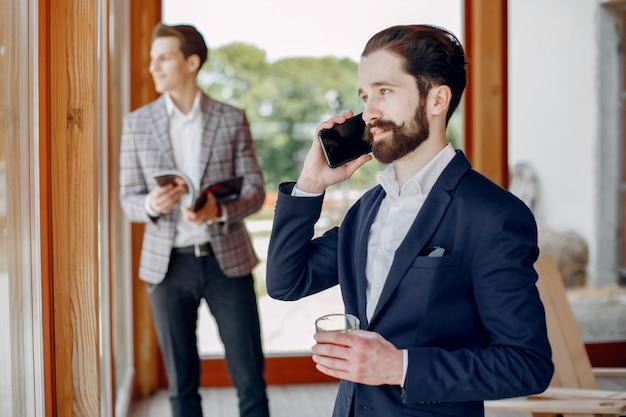 Twee zakenlieden die op het kantoor werken Gratis Foto