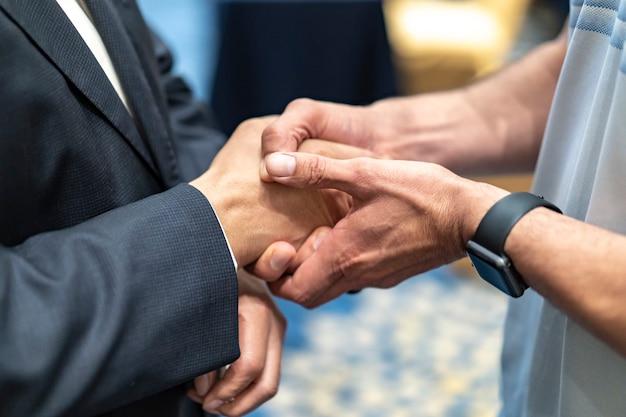 Twee zakenlieden schudden elkaar de hand met waarderen gevoel. Premium Foto