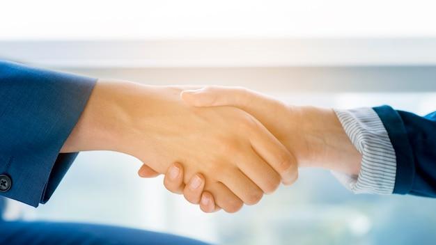 Twee zakenmensen handen schudden Gratis Foto