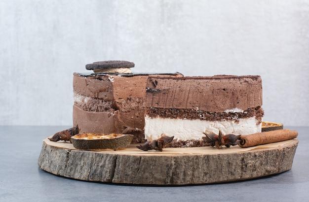 Twee zoete heerlijke stuk taarten met steranijs op houten bord. Gratis Foto