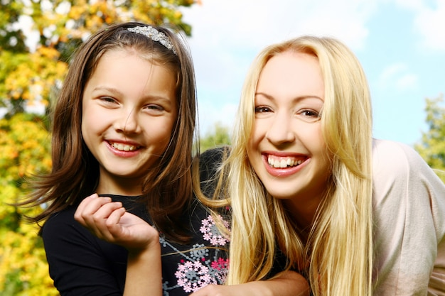 Twee zussen hebben plezier in het park Gratis Foto