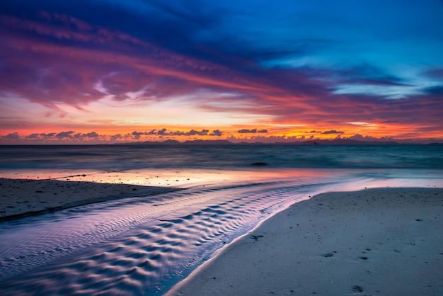 Twilight sunset tijd op het strand. Premium Foto