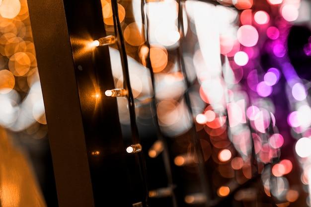 Twinklylichten en decoratie van kerstmisachtergrond Gratis Foto