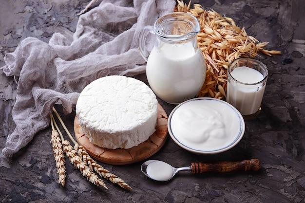 Tzfat-kaas, melk en tarwekorrels. symbolen van judaïsche vakantie shavuot. selectieve aandacht Premium Foto