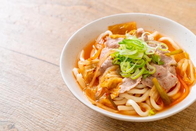 Udon ramen noodle met varkensvlees en kimchi Premium Foto