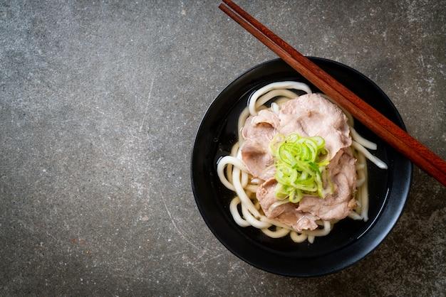 Udon ramen noodle met varkensvlees (shio ramen) Premium Foto
