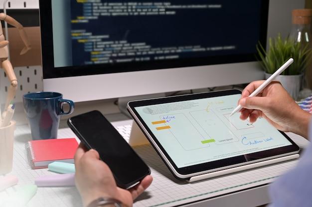 Ui ux-ontwerper met tablet die mobiel project doet Premium Foto