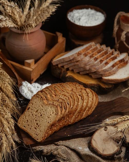 Uiterst gesneden brood en tarweplant. Gratis Foto