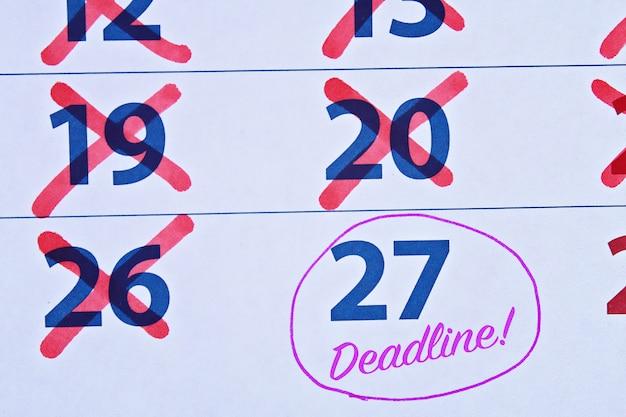 Uiterste termijnwoord dat op de kalender wordt geschreven. Premium Foto