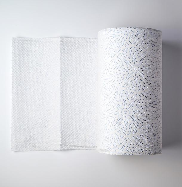 Uitgebreide witte rol keukenkeukenrol op een witte achtergrond Premium Foto