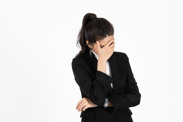 Uitgeput aziatische zakenvrouw die lijdt aan een ernstige depressie Premium Foto