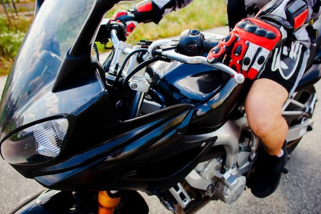 Uitgeruste fietser op de motor Gratis Foto