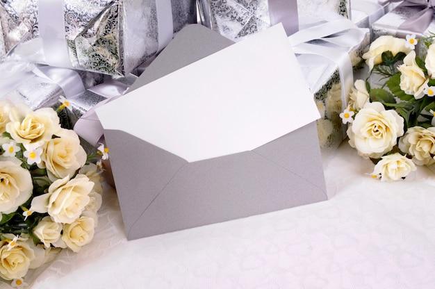 Uitnodiging van het huwelijk in grijze envelop Gratis Foto