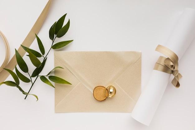 Uitnodiging voor bruiloft en verlovingsringen op tafel Gratis Foto