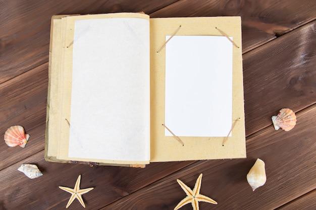 Uitstekend fotoalbum op hout met zeeschelpen. Premium Foto