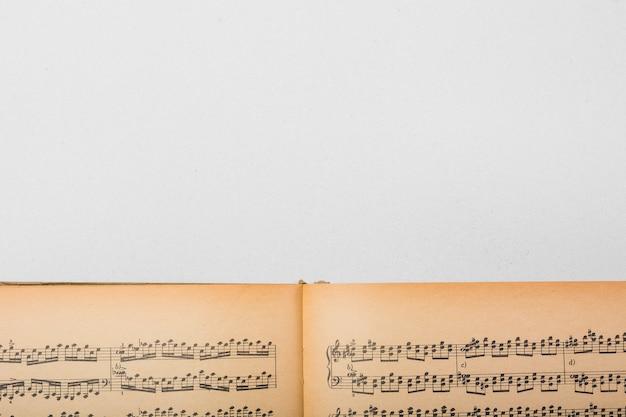 Uitstekend muzieknotenboek op witte achtergrond Gratis Foto