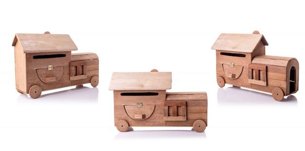 Uitstekende die handcraftbrievenbus van oud hout zonder verf wordt gemaakt op wit wordt geïsoleerd Premium Foto