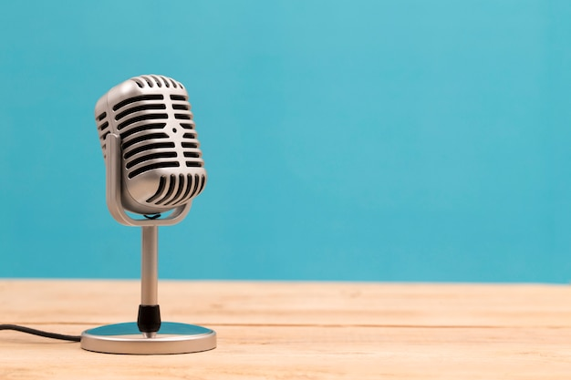 Uitstekende microfoon die op witte achtergrond wordt geïsoleerd Premium Foto